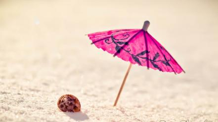 Minimalistic sand shells umbrellas wallpaper