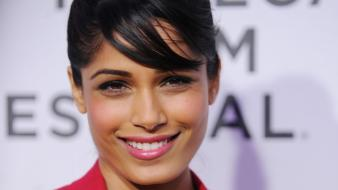 Freida pinto actress black hair celebrity smiling Wallpaper