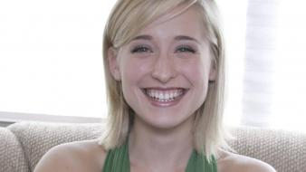 Allison Mack Smile wallpaper