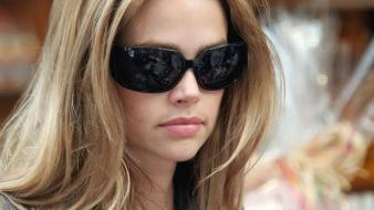Denise richards glasses wallpaper