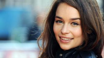Actresses green eyes emilia clarke pink lipstick Wallpaper