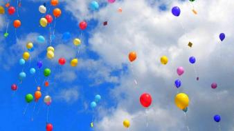 Colourful balloons in sky wallpaper